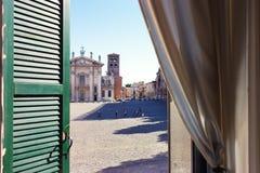 Η άποψη από τα παράθυρα στο τετράγωνο της πόλης Mantova ι Στοκ Φωτογραφία