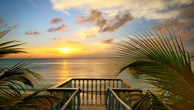 Η άποψη από τα πεζούλια του όμορφου ηλιοβασιλέματος στην παραλία. στοκ εικόνες