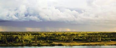 Η άποψη από τα ύψη του δασικού και κατοικημένου σύνθετου Novaya Okhta, το χωριό Murino με τη βροχή καλύπτει ST στοκ φωτογραφίες με δικαίωμα ελεύθερης χρήσης