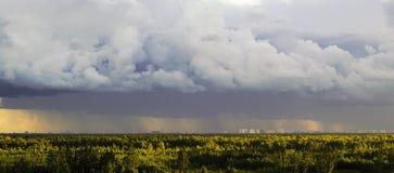 Η άποψη από τα ύψη του δασικού και κατοικημένου σύνθετου Novaya Okhta, το χωριό Murino με τη βροχή καλύπτει ST στοκ εικόνα