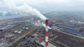 Η άποψη από την κορυφή - σωλήνας βιομηχανικών εγκαταστάσεων που καπνίζει σε μια βιομηχανική περιοχή ισχύς φυτών κεντρικής θέρμανσ απόθεμα βίντεο