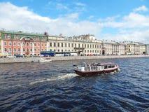 Η άποψη από τη γέφυρα εφαρμοσμένης μηχανικής στον ποταμό Fontanka και το ανάχωμα στην Άγιος-Πετρούπολη, Ρωσία Στοκ εικόνες με δικαίωμα ελεύθερης χρήσης