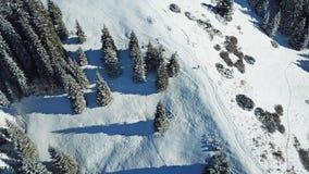 η άποψη από τον κηφήνα Άτομο που περπατά σε μια χιονώδη κορυφογραμμή στα βουνά στοκ φωτογραφία με δικαίωμα ελεύθερης χρήσης