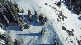 η άποψη από τον κηφήνα Άτομο που περπατά σε μια χιονώδη κορυφογραμμή στα βουνά στοκ φωτογραφίες