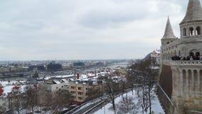 Η άποψη από τον προμαχώνα ψαράδων ` s στη Βουδαπέστη στους τοίχους εσείς μπορεί να δει τους τουρίστες φιλμ μικρού μήκους