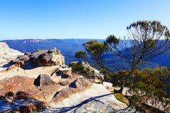 Η άποψη από τους επίπεδους βασιλιάδες Tableland Wentworth βράχου πέφτει μπλε Mountai Στοκ Φωτογραφίες