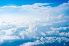 Η άποψη από το αεροπλάνο επάνω από το σύννεφο και τον ουρανό Στοκ Φωτογραφίες