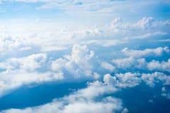 Η άποψη από το αεροπλάνο επάνω από το σύννεφο και τον ουρανό Στοκ φωτογραφία με δικαίωμα ελεύθερης χρήσης