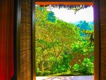 Η άποψη από το ανοικτό παράθυρο στο θέρετρο Στοκ Φωτογραφίες