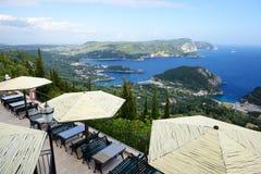 Η άποψη από το εστιατόριο σε έναν κόλπο σε μια μορφή και μια παραλία καρδιών Στοκ εικόνες με δικαίωμα ελεύθερης χρήσης