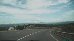 Η άποψη από το μπροστινό παράθυρο στο αυτοκίνητο, αυτοκίνητο οδηγεί στον κενό δρόμο βουνών, σε αργή κίνηση Οδικό ταξίδι στο καλοκ απόθεμα βίντεο