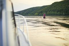 Η άποψη από το σκάφος στο σημαντήρα ποταμών Στοκ Εικόνες