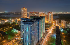 Η άποψη από το ύψος στη πολυκατοικία στα περίχωρα της Μόσχας, στη νύχτα στο υπόβαθρο του ποταμού Στοκ φωτογραφία με δικαίωμα ελεύθερης χρήσης