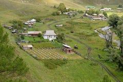 Η άποψη από το ύψος του εδάφους Generalka Altai ορεινών χωριών Δυτική Σιβηρία r στοκ εικόνες