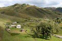 Η άποψη από το ύψος του εδάφους Generalka Altai ορεινών χωριών Δυτική Σιβηρία r στοκ φωτογραφία με δικαίωμα ελεύθερης χρήσης