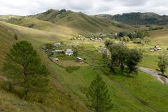 Η άποψη από το ύψος του εδάφους Generalka Altai ορεινών χωριών Δυτική Σιβηρία r στοκ φωτογραφία