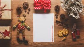 Η άποψη γραφείων άνωθεν με την κενή επιστολή στο santa και παρουσιάζει, αναδρομική έννοια Χριστουγέννων Στοκ Εικόνες