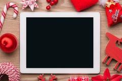 Η άποψη γραφείων άνωθεν με την ψηφιακή ταμπλέτα και παρουσιάζει, έννοια Χριστουγέννων on-line αγορών αναδρομική με το διάστημα αν στοκ φωτογραφία με δικαίωμα ελεύθερης χρήσης
