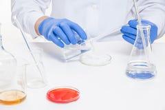 Η άποψη ενός ανθρώπου παραδίδει το εργαστήριο εκτελώντας τα πειράματα στοκ εικόνα με δικαίωμα ελεύθερης χρήσης