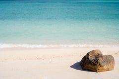 Η άποψη ενός βράχου στην τροπική παραλία Στοκ εικόνα με δικαίωμα ελεύθερης χρήσης