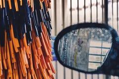 Η άποψη ενός δευτερεύοντος καθρέφτη του αυτοκινήτου και οι πορτοκαλιές βούρτσες στο αυτόματο αυτοκίνητο πλένουν στοκ φωτογραφία