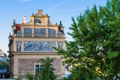 Η άποψη ενός παλαιού σπιτιού στην παλαιά πόλη της Πράγας Στοκ Εικόνα