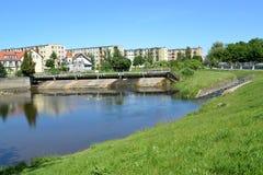 Η άποψη ενός φράγματος του σταθμού υδροηλεκτρικής ενέργειας και τα ψάρια περνούν, ποταμός Paslenka BRANIEWO, ΠΟΛΩΝΙΑ στοκ φωτογραφία