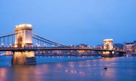 Η άποψη ηλιοβασιλέματος της γέφυρας αλυσίδων, του ποταμού και του παρασίτου s Δούναβη Στοκ εικόνα με δικαίωμα ελεύθερης χρήσης