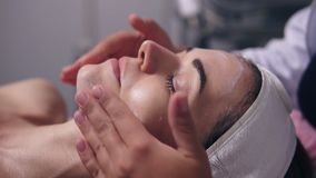 Η άποψη κινηματογραφήσεων σε πρώτο πλάνο μιας γυναίκας με τα μάτια της έκλεισε να βρεθεί στον καναπέ ενώ το επαγγελματικό cosmeto απόθεμα βίντεο