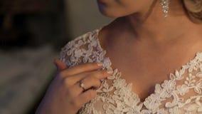 Η άποψη κινηματογραφήσεων σε πρώτο πλάνο σχετικά με το πρόσωπο και ο λαιμός της νύφης που περιμένει αρχίζουν του γάμου απόθεμα βίντεο