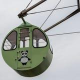Η άποψη λεπτομέρειας σχετικά με μια στρογγυλή, ζωηρόχρωμη καμπίνα ροδών Ferris με το χρωματισμένο panda αντέχει Τοποθετημένος στο στοκ φωτογραφίες