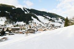 Η άποψη να κάνει σκι βουνών στη παραθεριστική πόλη Les παίρνει Στοκ Εικόνα
