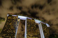 Η άποψη νύχτας του πιό θεαματικού ξενοδοχείου στις άμμους κόλπων μαρινών της Σιγκαπούρης στοκ φωτογραφία με δικαίωμα ελεύθερης χρήσης