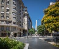 Η άποψη οβελίσκων από Plaza Lavalle - το Μπουένος Άιρες, Αργεντινή Στοκ Εικόνες