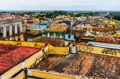 Η άποψη πέρα από το αποικιακό χωριό του Τρινιδάδ, Κούβα Το Τρινιδάδ είναι μια περιοχή παγκόσμιων κληρονομιών της ΟΥΝΕΣΚΟ στοκ εικόνα