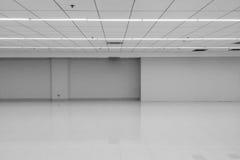 Η άποψη προοπτικής του κενού διαστημικού κλασικού Monotone μαύρου άσπρου δωματίου γραφείων με τους ελαφριούς λαμπτήρες των ανώτατ στοκ φωτογραφία