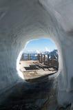 Η άποψη στις αιχμές βουνών μέσω του χιονιού Στοκ εικόνα με δικαίωμα ελεύθερης χρήσης