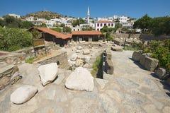 Η άποψη στις καταστροφές του μαυσωλείου Mausolus, ένα από τα επτά αναρωτιέται του αρχαίου κόσμου σε Bodrum, Τουρκία Στοκ Φωτογραφίες