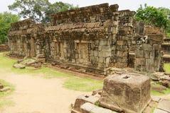 Η άποψη στις καταστροφές του ναού Bakong σε Siem συγκεντρώνει, Καμπότζη Στοκ Εικόνες
