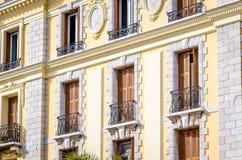 Η άποψη σχετικά με μια παλαιά πρόσοψη οικοδόμησης, Menton, Γαλλία Στοκ εικόνα με δικαίωμα ελεύθερης χρήσης