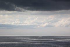 Η άποψη σχετικά με νεφελώδες seascape Στοκ Εικόνα