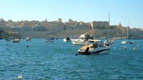 Η άποψη σχετικά με τις μικρές βάρκες στη μαρίνα Kalkara σε Birgu, Μάλτα απόθεμα βίντεο