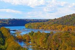 Η άποψη σχετικά με τον ποταμό Shenandoah και τα μπλε βουνά κορυφογραμμών από το πορθμείο Harpers αγνοούν στοκ εικόνες