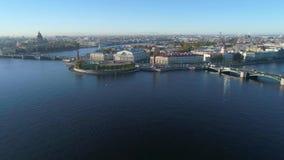 Η άποψη σχετικά με το βέλος του εναέριου βίντεο νησιών Vasilievsky Άγιος Πετρούπολη απόθεμα βίντεο