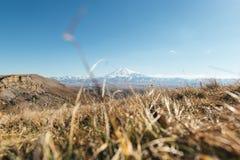 Η άποψη σχετικά με το elbrus ρίχνει τη χλόη Στοκ Εικόνες