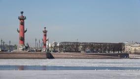 Η άποψη σχετικά με το Strelka του νησιού Vasilievsky Ηλιόλουστη ημέρα Απριλίου Άγιος-Πετρούπολη απόθεμα βίντεο