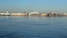 Η άποψη σχετικά με το Strelka του νησιού Vasilyevsky τον Απρίλιο Άγιος-Πετρούπολη timelapse φιλμ μικρού μήκους