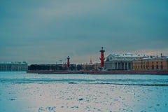 Η άποψη σχετικά με το Strelka του νησιού Vasilyevsky, του χειμερινού παλατιού και του ναυαρχείου 3 2 Στοκ εικόνες με δικαίωμα ελεύθερης χρήσης