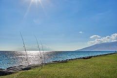 Η άποψη της αλιείας των ράβδων έδεσε μεταξύ των βράχων σε ένα πάρκο σε Maui κοντά στον της Χαβάης ωκεανό στοκ φωτογραφία