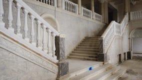 Η άποψη της αρχαίας σκάλας, η είσοδος στο κτήριο είναι στα βήματα απόθεμα βίντεο